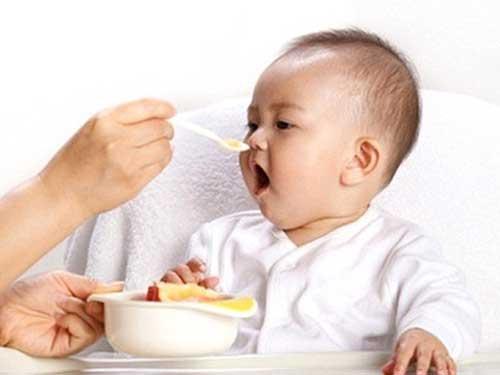 Trẻ 5 tháng tuổi ăn dặm mấy bữa 1 ngày?